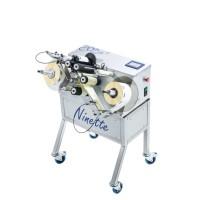 Ninette II – Halbautomatische Etikettiermaschine für zylindrische Produkte für Vorder- und Rücketikett